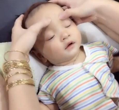 Clip hot : Em bé cực đáng yêu nằm yên cho người lớn massage!