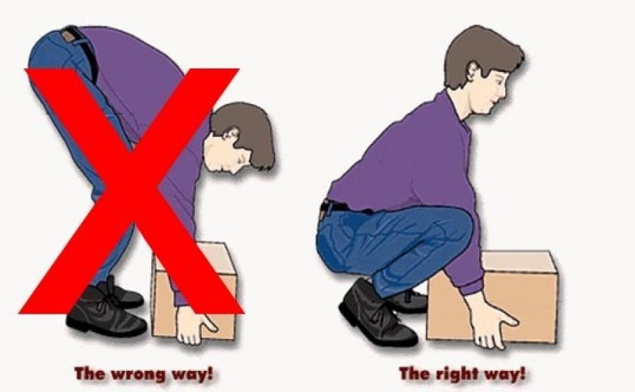 Nâng vật nặng gây đau lưng